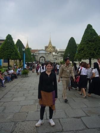 Lali vestida para poder ingresar a Wat Phra Kaew