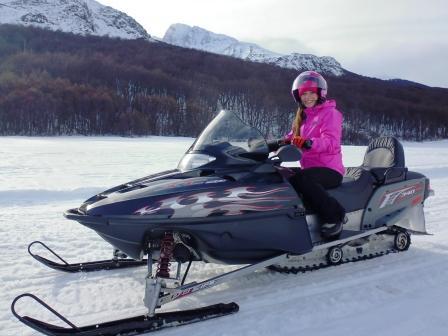 Lali en moto de nieve en Ushuaia