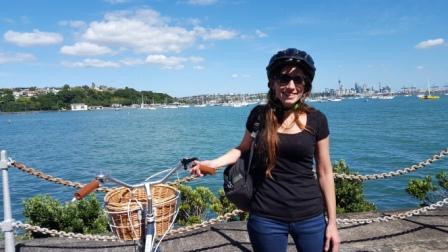 Lali recorriendo en bicicleta Auckland en Nueva Zelanda, Oceanía