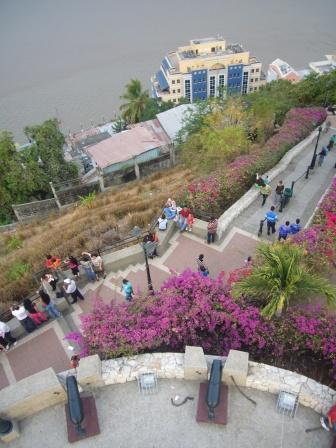 Lali en Malecón de Guayaquil, Ecuador. www.lololali.com