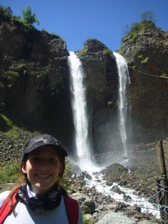Lali y la Cascada Manto de la Novia, Camino de las 7 cascadas, Ecuador