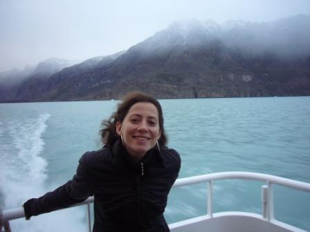 Lali en excursión lacustre recorriendo glaciares