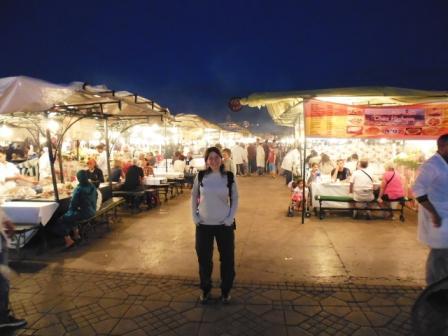 Lali entre puestos de comida a la noche en Djemaa el Fna