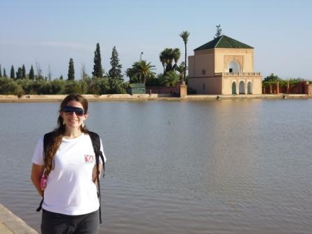 Lali en lago del Jardín Menara en Marrakech (foto clásica del Jardín Menara)