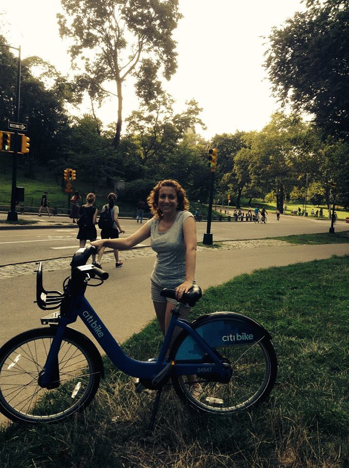 Lolo recorriendo en bicicleta el Central Park
