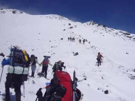 1er día de ascenso al Volcán Lanín - Lali es quien lleva la mochila roja