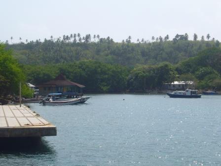 Puerto secundario de la isla con el paisaje de fondo.
