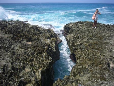 El agua de mar ingresa por donde se observa en esta foto y al chocar contra unas rocas sale el chorro de aire con agua por el hoyo soplador de la foto de la derecha