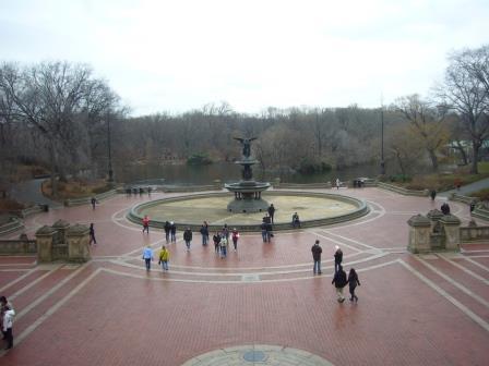 Fuente de Bethesda, ubicada en la Terraza homónima (al norte de la calle 72), uno de los lugares más visitados de Central Park. Las mejores fotos las pueden tomar desde la parte superior de la terraza.