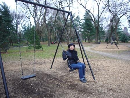 Lali hamacándose en el Central Park