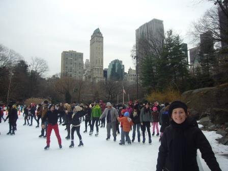 Lali patinando en pista de patinaje en Central Park