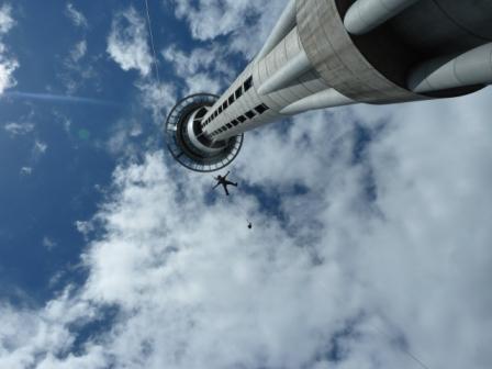 Lali tirándose de la Sky Tower