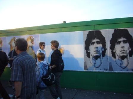 Fan Trail, paredes pintadas con la cara de Maradona, la bandera de Argentina e imágenes típicas de Argentina como tango, etc