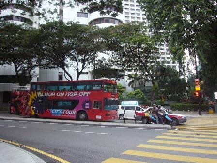 El transporte público es excelente en Kuala Lumpur. Podes ver en la foto un double-decker bus de color rojo que es otra de las cosas que muestran que fue colonia Británica