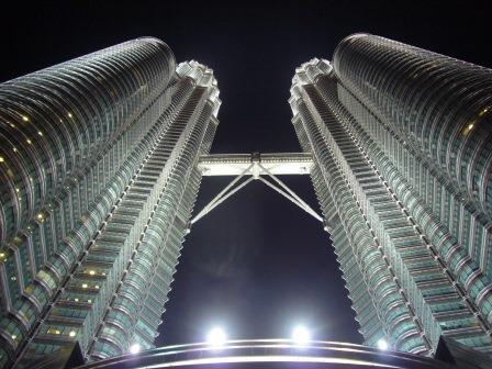 Torres Petronas, con una altura de 452 m, consta de 88 pisos y el último piso se encuentra a una altura de 375 m.