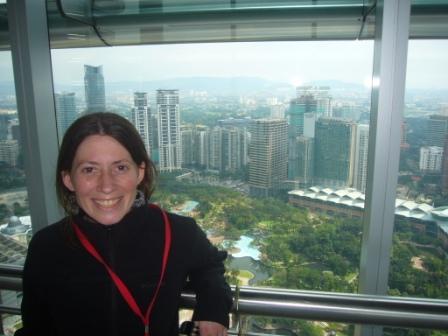 Lali en el puente del piso 41 que une ambos rascacielos