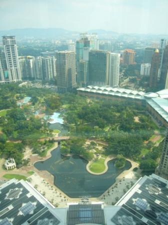 Vista del KLCC Park desde el puente que une las torres