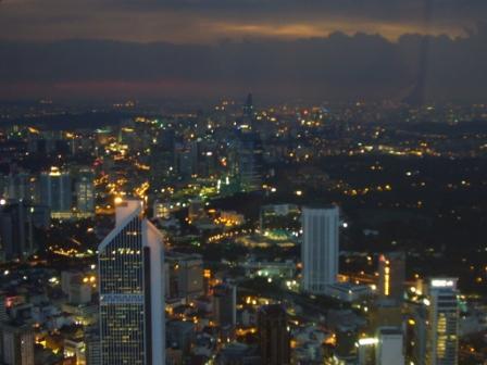 Vista nocturna de la ciudad de Kuala Lumpur desde el Menara KL