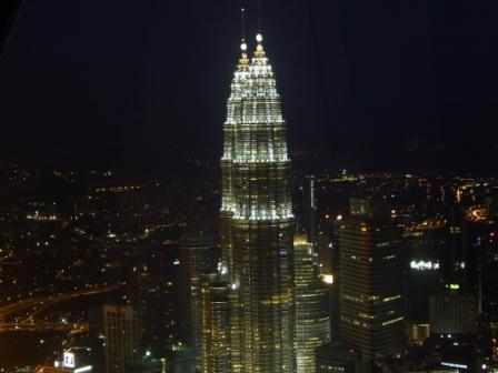 Vista nocturna de las Petronas desde el Menara KL