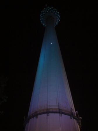 Vista nocturna desde abajo del Menara KL