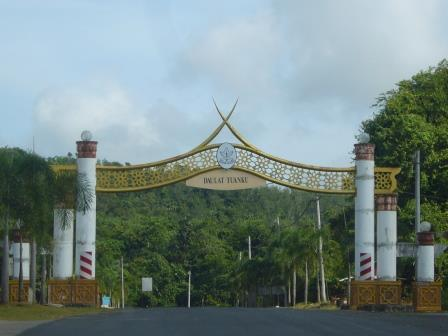 Entrada al Parque Nacional Taman Negara. Se puede observar que es asfaltado hasta la entrada