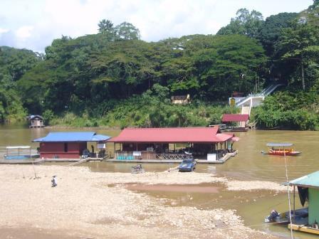 Restaurantes flotantes en Parque Nacional Taman Negara