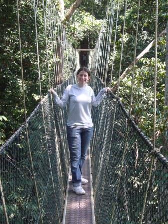 Lali haciendo Canopi entre las copas de los árboles de varios metros de altura