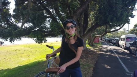 Lali recorriendo en bicicleta