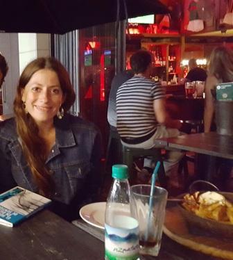 Lali cenando en pub irlandes hablando con su nuevo amigo