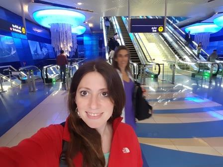 Lali en estación de Subte de Dubai
