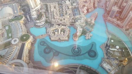 Vista de fuente de aguas danzantes desde el observatorio del Burj Khalifa