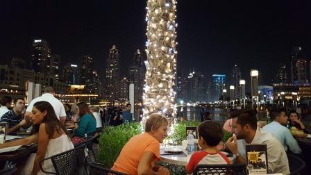 Cenando en restaurant en la base del Burj Khalifa