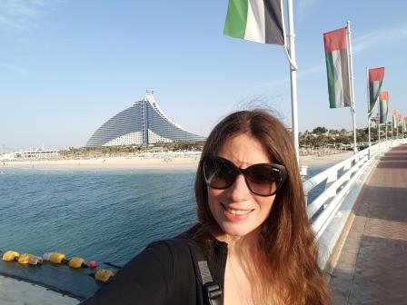 Lali a punto de entrar en el Burj Al Arab