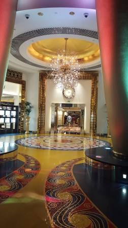 La decoración interior del edificio estuvo a cargo de la diseñadora china Khuan Chew. Las instrucciones que el jeque de Dubái le dio a Chew para el diseño de las suites y el atrio eran impactar e innovar. Khuan y su equipo utilizaron grandes cantidades de mármol, terciopelo y hojillas de oro para adornarlo. Seis meses antes de la inauguración, el jeque visitó el hotel para dar su opinión. La majestuosidad de las suites cumplió sus expectativas de demostrar lujo y grandeza, pero al ver el atrio pintado de un minimalista blanco, lo reprobó. La decoradora tuvo que rediseñar la apariencia del vestíbulo, añadiendo brillantes colores en el techo, fuentes de aguas danzantes, un espectáculo de luces multicolores y acuarios gigantes.
