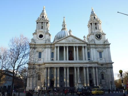 La Catedral de San Pablo fue diseñada en estilo barroco inglés por el arquitecto sir Christopher Wren y construida entre 1676 y 1710, fue parte de un gran programa de reconstrucción de la ciudad después del Gran incendio de 1666.