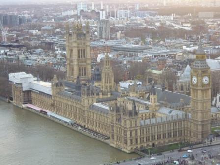 Palacio de Westminster a las orillas del río Támesis desde el London Eye. El palacio tiene un estilo neogótico.