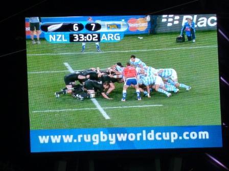 Foto de la pantalla donde se ve el triunfo de Los Pumas