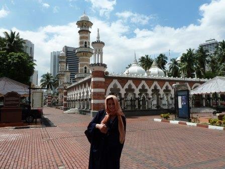 Lali vestida apropiadamente para recorrer la Masjid Jamek