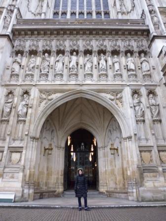 Lali en la puerta de la Abadía de Westminster