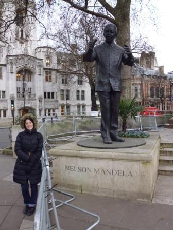 Lali y estatua de Nelson Mandela en Parliament Square