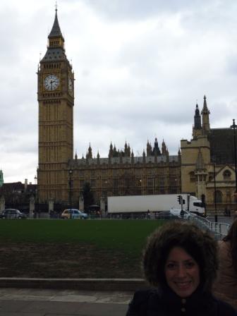 Lali, el Palacio de Westminster y su famosa torre del reloj. La torre es de estilo neogótico y tiene una altura de 96,3 metros (alrededor de 16 pisos) y fue diseñada por Pugin luego del incendio de 1834.