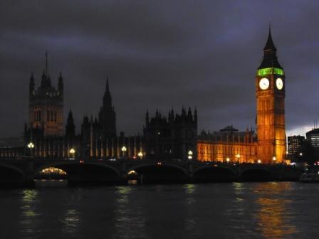 Palacio de Westminster de noche y su famosa torre del reloj.