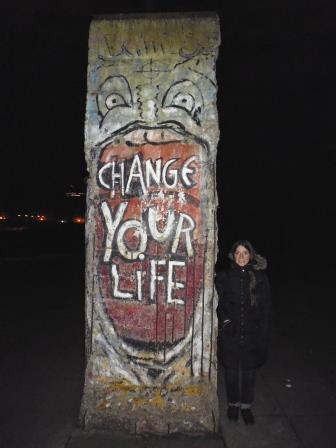 Lali al lado de un pedazo del Muro de Berlín en la entrada del Imperial War Museum