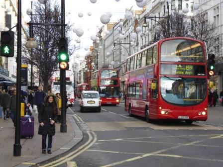 Lali en Londres en plena época navideña en la que las calles estaban adornadas acorde a la época