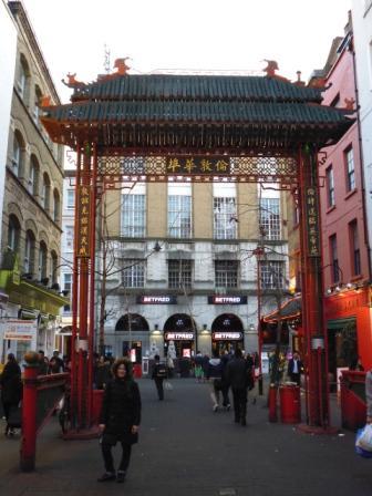 Lali en una de las entradas de China Town