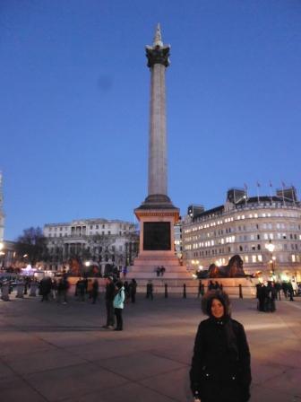 Lali y la columna de Nelson, situada en la zona central de la plaza.