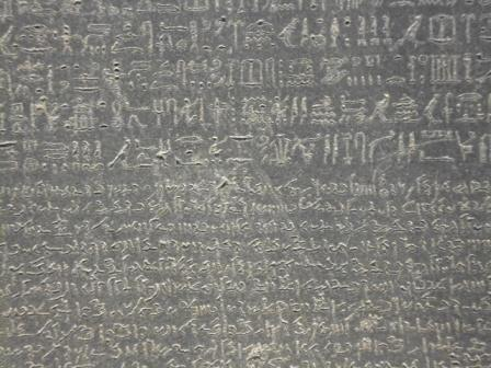 Foto de la parte superior (jeroglíficos egipcios) y la intermedia (escritura demótica) de Piedra Rosetta