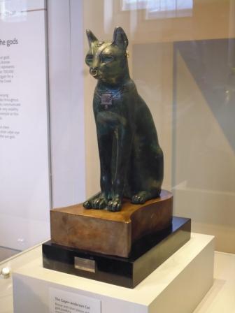 Gayer-Anderson Cat. Es una antigua estatua de un gato egipcia, la cual data del período 664–332 AC. Está hecha de bronce con ornamentos de oro.