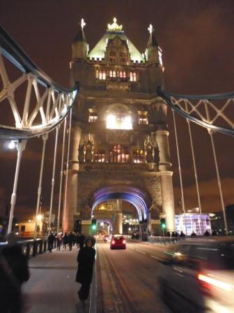 Lali cruzando el Puente de la Torre