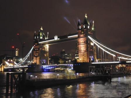Vista nocturna del Puente de la Torre